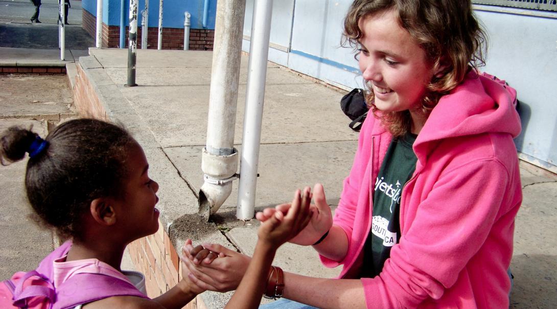 En su año sabático después del bachillerato, voluntaria juega con niños como parte de su voluntariado social.